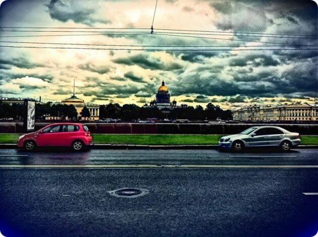 Красный и белый автомобили